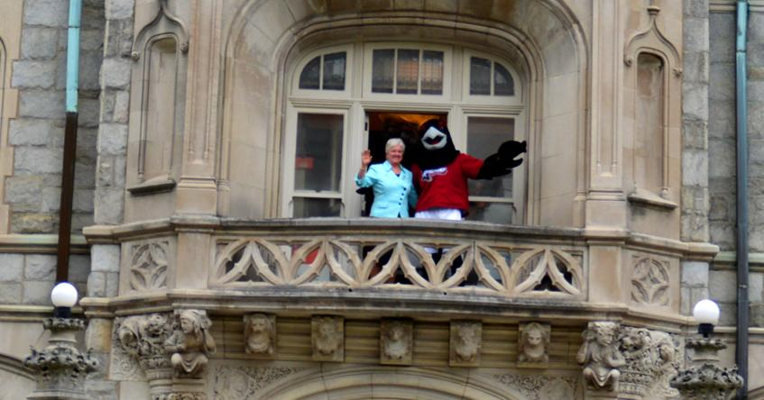 Rennie and President Hirsh on the balcony at Main Building.